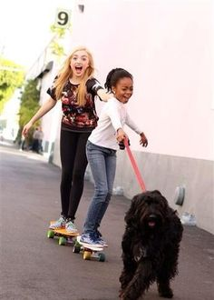 Peyton List and Skai Jackson with a dog Peyton List, Peyton Roi, Jessie Tv Show, Dove Cameron, Ski Jackson, Emma Ross, Disney Actresses, Disney Channel Stars, Actor