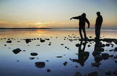 Die finnische Westküste und ihr Archipel erstreckt sich von Turku über Pori und Vaasa bis Oulu im Bottnischen Meerbusen. Die Küste umfasst hunderte Kilometer an Küstenlinie und zehntausende Inseln. Das Inselleben und die Meereskultur gehören zu den Hauptcharakteristika der finnischen Westküste. Sie zeichnet sich durch idyllische Städte aus alten Holzhäusern, Leuchttürme, historische Herrenhäuser und durch Steinkirchen und große Nationalparks, die sich über Land und Meer erstrecken, aus. Nationalparks, Kirchen, Nostalgia, Mountains, Nature, Travel, History, Islands, Finland