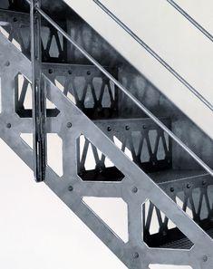 DT36 ESCA'DROIT® San Francisco. Escalier droit en acier avec marches Nanoacoustic® pour un effet de silence sans résonances - Modèle déposé - Escaliers Décors® © Photo : Vanessa DESCHUYTENEER