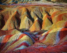 【驚愕】虹のように色鮮やかなマーブル模様の地層が織り成す神秘のカルスト台地【張掖丹霞地貌】