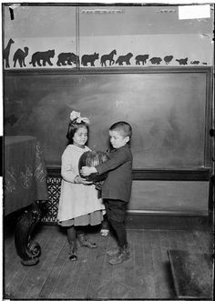 Show and Tell 1905 the blackboard was where we showed Math problems animal wall decor is cool Antique Photos, Vintage Pictures, Old Pictures, Old Photos, Old School House, School Days, Country School, Vintage School, Thats The Way