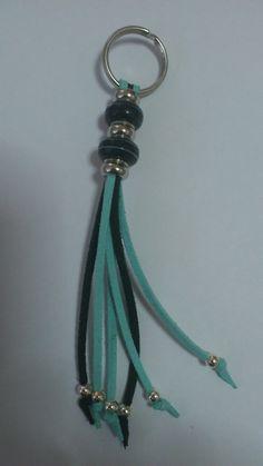 Llavero de antelina en dos colores, turquesa y negro