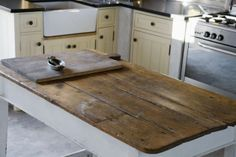 Ideas para decorar la cocina al estilo Cottage Farm Kitchen Ideas, Rustic Kitchen Island, Wooden Island, Kitchen Islands, Estilo Cottage, Epoxy Table Top, Resin Table, Distressed Cabinets, Distressed Wood