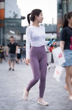 Best Sporty Outfits Part 1 Yoga Pants Girls, Girls In Leggings, Women's Leggings, Sexy Outfits, Sporty Outfits, Sexy Girl, Sexy Asian Girls, Pants For Women, Clothes For Women