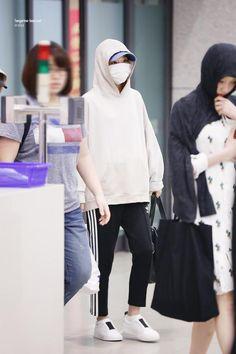 K-Pop Idol With Fabulous Airport Fashion: Red Velvet SeulGi Fashion Mask, Star Fashion, Fashion Pants, Fashion Outfits, Ootd Fashion, Korean Winter Outfits, Summer Outfits Women, Korean Airport Fashion, Korean Fashion