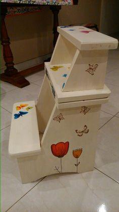 Escalera banqueta. Pintada a mano,  con decoupage. Mariposa colorida                                                                                                                                                                                 Más