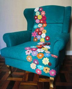 Brightening up a sofa chair with crochet flowers. Crochet Home, Love Crochet, Crochet Motif, Crochet Crafts, Crochet Flowers, Crochet Projects, Crochet Patterns, Yarn Bombing, Painted Furniture