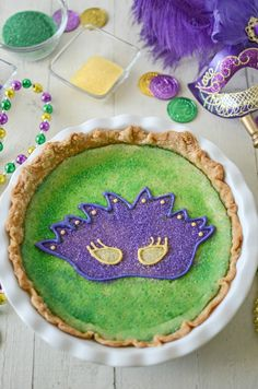 Change things up with a Mardi Gras King Cake Pie. All the flavors of a king cake! Mardi Gras Food, Mardi Gras Party, Sweet Corn Soup, Hot Crab Dip, Baked Pie Crust, Carnival Food, Pie Pops, Dessert Pizza, Seasonal Food