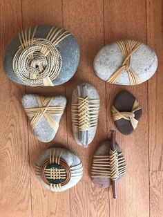 Stone Crafts, Rock Crafts, Crafts To Make, Fun Crafts, Crafts For Kids, Arts And Crafts, Creative Crafts, Stone Wrapping, Nature Crafts