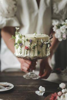 Gorgeous Cakes, Pretty Cakes, Dark Food Photography, Fashion Cakes, Buttercream Cake, Cake Art, Let Them Eat Cake, Sweet Recipes, A Table