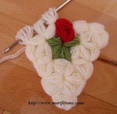 This Pin was discovered by Nil Crochet Dishcloths, Crochet Doilies, Crochet Slippers, Diy Crafts Knitting, Diy Crafts Crochet, Crochet Triangle, Crochet Borders, Diy Crochet Flowers Tutorial, Puff Stitch Crochet