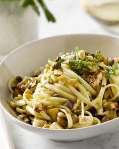 Deze supereenvoudige linguine met aubergines, mozzarella en pijnboompitten kan je in één pan klaarmaken. Snel, vegetarisch en overheerlijk!