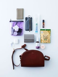 What In My Bag, What's In Your Bag, Inside My Bag, What's In My Purse, Purse Essentials, Minimalist Bag, Flat Lay Photography, Girls Bags, You Bag