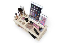 + Schönheit ist Kennedy Ihre tägliche Make-up Organizer und Display-Fach. + Genießen Sie ein Display-Dock für Ihr Handy und Tablet. + Aus