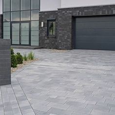 Architecture Homes Driveways Check out this remarkable photo - what an artistic style Modern Driveway, Driveway Design, Driveway Landscaping, Modern Landscaping, Patio Design, Outdoor Stone, Outdoor Tiles, Outdoor Decor, Exterior Tiles