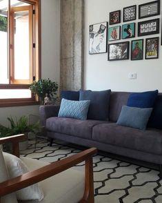 Sofá cinza: 85 ideias de como usar esse móvel versátil na decoração Living Room Decor Colors, Living Room Sofa Design, Kitchen Cabinets Decor, Cabinet Decor, Yellow Sofa, Cozy Sofa, Colorful Pillows, Modern Colors, Minimalist Decor