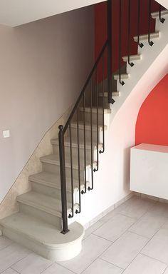 - Escalier béton teinté gris clair - 1/4 tournant - Nez de marche arrondi - Marche de départ arrondi sur un côté - Garde corps métallique - Voûte sarrasine plâtrée