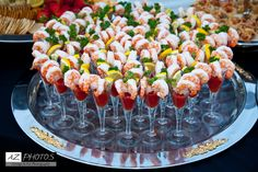 Shrimp Shooters … Ich verwende eine Garnele im Shooter-Glas … Sie können einen großen Ärmel im Dollar-Shop erhalten … winzige Keilzitrone und Petersilie für Farbpop Mini Appetizers, Wedding Appetizers, Christmas Appetizers, Appetizer Recipes, Cocktail Party Food, Christmas Cocktail Party, Reception Food, Snacks Für Party, Food Platters