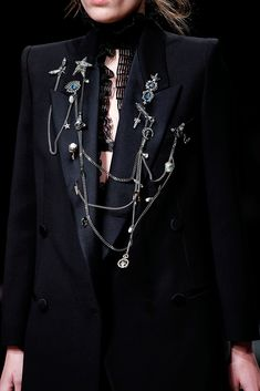 Alexander McQueen   Galería de fotos 58 de 77   VOGUE London Fashion Weeks, Runway Fashion, Fashion Show, Fashion Outfits, Womens Fashion, Fashion Trends, Winter Outfits, Dark Fashion, Autumn Fashion