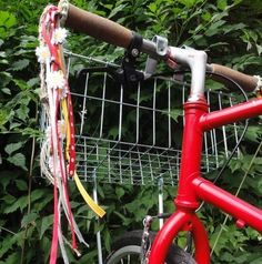 If you're planning on riding around town on your bike this spring, these diy bike streamers are an absolute must! Mini Terrarium, Diy Bike, Dyi, Mountain Bike Shoes, Bike Handlebars, Cool Bike Accessories, Easy Projects, Streamers, Diy Crafts