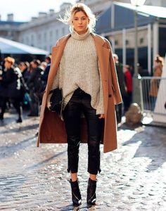 look street style bota e tricot  com trench coat gola alta de tons terrosos