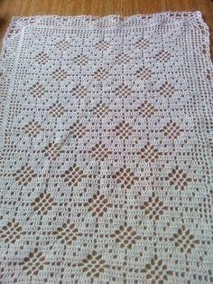 Toalha retangular em crochê, confeccionada em fio Cléa na cor branca. Delicada como uma renda. R$ 19,00