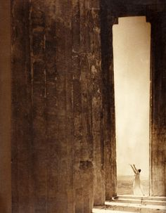 Edward Steichen Isadora Duncan at the Portal of the Parthenon, Athens, 1921 History Of Photography, Photography Workshops, Digital Photography, Art Photography, Creative Photography, Edward Steichen, Isadora Duncan, New York Museums, Alfred Stieglitz