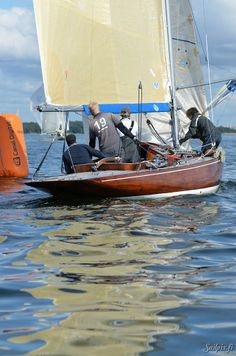 6MR Puckie  ..beautiful wooden boat rounding the mark