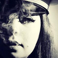 #ritratto #portraitmood #portrait #portraitphotography #lowkey #hightkey #hardlight #cappello #hat #cigarette #smoke #fumo #punk #primopiano #closeup #labbra #sguardo #blackandwhite #biancoenero #beauty #nikond5500 @alexiasarah06