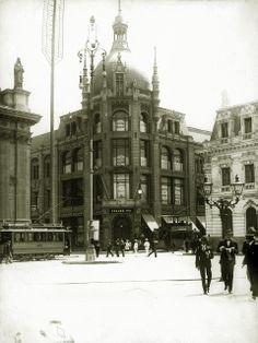 Bazar de los hermanos Krauss construido en 1910. Fundado en 1875, su ubicación original fue en calle Ahumada con Moneda. Architecture Old, Old Pictures, South America, Big Ben, Past, Old Things, Street View, History, Travel