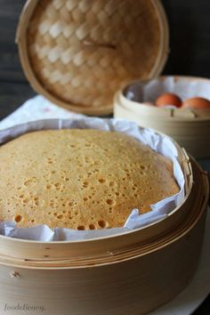 An easy recipe for a Chinese dim sum favourite, ma lai gao (馬拉糕), a Chinese steamed sponge cake that's extremely soft and springy, fluffy, and tasty! Chinese Deserts, Chinese Cake, Chinese Food, Korean Food, Asian Snacks, Asian Desserts, Steam Cake Recipe, Asian Cake, Sponge Cake Recipes