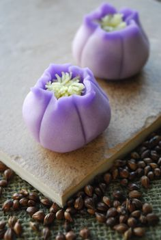In Japanese cuisine, traditional Japanese sweets are known as wagashi. Ingredients such as red bean paste and mochi are used. Many modern day sweets and desserts in Japan are also in existence. Japanese Sweets, Japanese Wagashi, Japanese Food Art, Japanese Cake, Mochi, Desserts Japonais, Asian Desserts, Gourmet Desserts, Plated Desserts