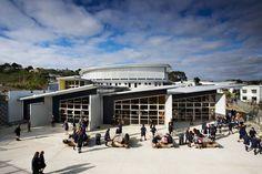 Colegio de educación secundaria en la ciudad de #auckland. Estudia en #whangaparoacollege con #xploraeducation . Ubicado en una buena región socio-económica, es reconocido  por el Ministerio de Educación de Nueva Zelanda como uno de los colegios líderes en el país. Es nuevo, razón por la cual las instalaciones y tecnología ocupadas en son consideradas muy avanzadas para el sistema de enseñanza neozelandés. Es necesario vivir cerca del colegio para poder inscribirse.