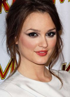 But avoid this Leighton Meester. Honey you didn't even blend your blush, don't get me started on the eyes.