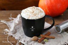 Pumpkin Spice Latte - najlepsza kawa na jesień. Rozgrzewa, pachnie dynią i cynamonem. Każdy ją uwielbia, więc spróbuj i Ty!