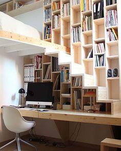 Bibliothèque dans le prolongement de l'escalier