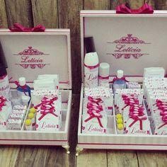 Caixas completas para toalete  em adamascado rosa com pink. Papelaria exclusiva e brasão com nome da aniversariante bordado.   Informações: atelieflordeamora@gmail.com