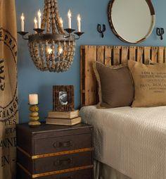 tete-de-lit-en-palette-lustre-perles-bois-bougies-coffre-table-de-chevet-marron-foncé-livres-cadre-photo-blanc-noir-rideaux-longs-beige