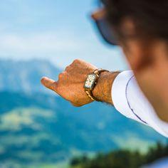 """Das Modell """"Innovation"""" steht für Neuerung im Sinne von neuen Ideen und Erfindungen. Mit dieser Pionieruhr aus grünem Sandelholz und Ahornholz, soll dem Träger Lust auf Neues vermittelt werden. Innovation, Watches, Fashion, Accessories, Inventions, Necklaces, Model, Wrist Watches, Moda"""