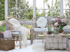 Nancy Soffa i rotting med puter * Rattan Furniture, Outdoor Furniture Sets, Outdoor Decor, Chic Antique, Winter Garden, Furniture Inspiration, Stylus, Outdoor Living, Accent Chairs