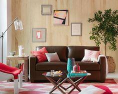 Sofa oscuro integrado en sala moderna