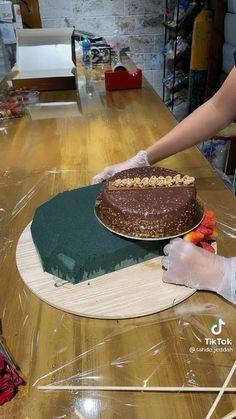 Cake Decorating Designs, Cake Decorating Techniques, Köstliche Desserts, Dessert Recipes, Bolo Original, Chocolate Bouquet, Diy Crafts For Gifts, Diy Birthday, Creative Food