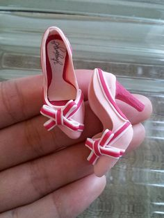 Polymer clay, handmade miniature heels with bow Diy Barbie Clothes, Barbie Shoes, Doll Shoes, Doll Clothes, Polymer Clay Miniatures, Polymer Clay Projects, Polymer Clay Charms, Barbie Et Ken, Barbie Dolls