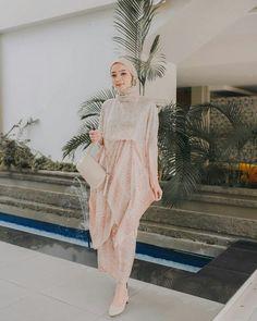 Dress Muslim Modern, Dress Brokat Modern, Kebaya Modern Dress, Hijab Dress Party, Hijab Style Dress, Casual Hijab Outfit, Kebaya Hijab, Kebaya Dress, Cowl Back Wedding Dress