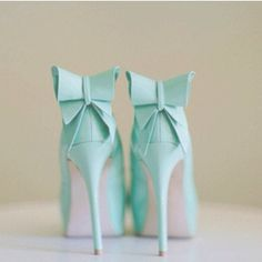 Don't think I could pull them off, but these are adorable mint shoes.  =)