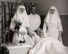 Las Grandes Duquesas de Rusia Olga y Tatiana Nikolaevna Romanova sirviendo de enfermeras en un hospital en Tsarskoe Selo (1914)