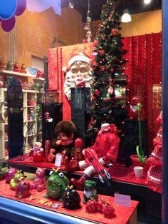 Ya sabéis lo que les gusta viajar a nuestras Dolls... esta vez iban paseando por Brujas y han descubierto este precioso escaparate con algunos de nuestros productos! Qué ambiente navideño!