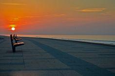 Amanecer en la ciudad de Montevideo, Uruguay. Rambla de playa Carrasco.  Sunrise in the city of Montevideo, Uruguay. Carrasco beach Rambla.