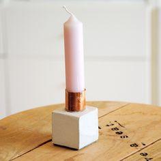 Beton meets Kupfer meets Filz:Kompakter geometrischer Beton-Kerzenständer in der Form eines Hexaeders. Jede Gussform wird individuell per Hand gebaut. Jedes Objekt ist ein Unikat und fällt hinsichtlich der Betonoberfläche unterschiedlich aus. Die gezeigten Bilder sind exemplarisch für alle Kerzenständer dieser Auflage. Kleine Risse, Luftlöcher und ähnliche Unregelmäßigkeiten der Oberfläche sind explizit so gewollt und machen den Reiz des Werkstoffs Beton aus.Die Halterung ist ideal für…
