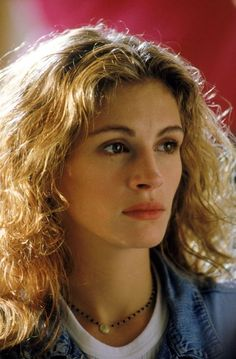 The actress plays the part of a determined law student with brushed out highlighted hair, full brows, and lowkey makeup. (Photo: Getty Images) - Julia Roberts's Beauty Evolution Full Brows, Actrices Hollywood, Female Actresses, Hair Highlights, Beautiful Actresses, Hollywood Actresses, Celebrity Photos, Pretty Woman, Her Hair